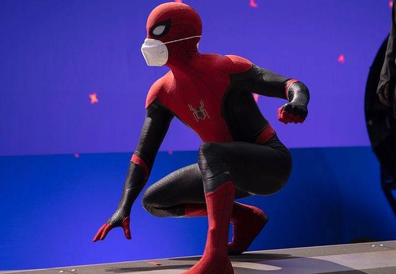 https: img.okezone.com content 2021 02 10 612 2359964 viral-foto-pemeran-spiderman-tak-pakai-celana-saat-wawancara-virtual-4j5PnwSTKx.jpg