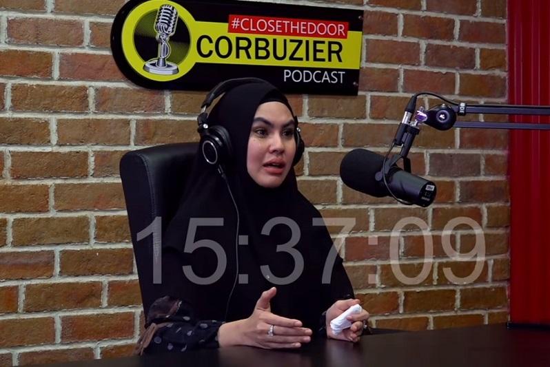 https: img.okezone.com content 2021 02 11 33 2360524 bicara-di-podcast-deddy-corbuzier-kartika-putri-tegaskan-tak-cari-pembelaan-64bghXyZNQ.jpg