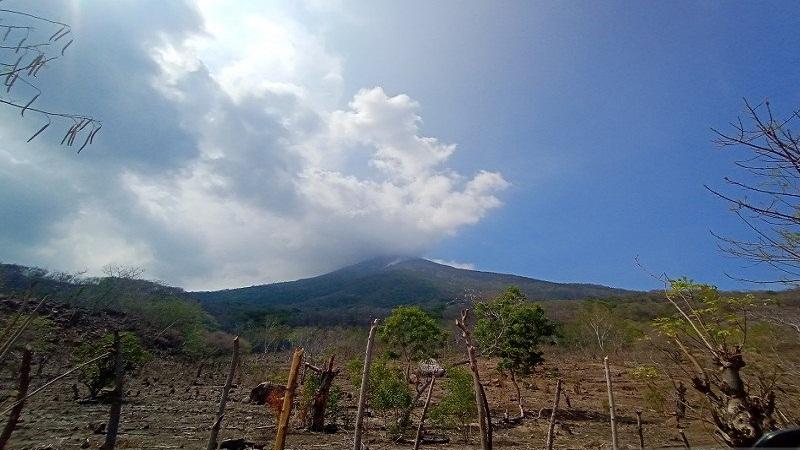 https: img.okezone.com content 2021 02 11 340 2360311 gunung-ili-lewotolok-erupsi-keluarkan-asap-putih-setinggi-800-meter-ZtDyNCibF7.jpg