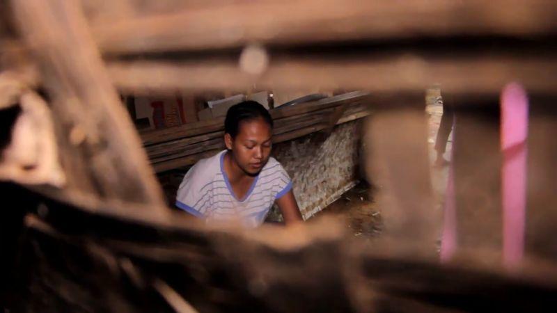 https: img.okezone.com content 2021 02 11 340 2360318 satu-keluarga-tinggal-di-bekas-kandang-kambing-setelah-rumahnya-dibongkar-rentenir-MIZqdQQlED.jpg