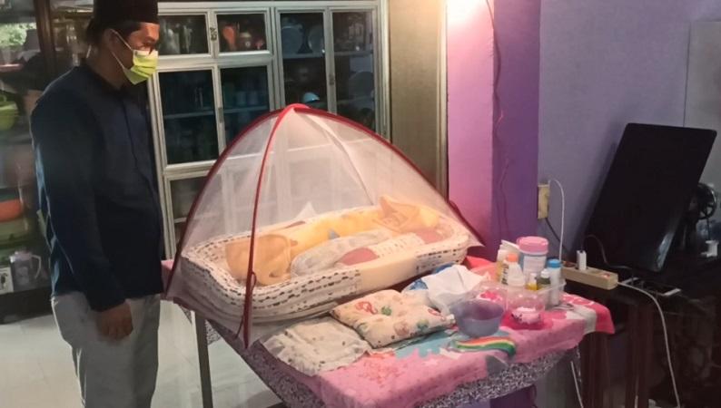 https: img.okezone.com content 2021 02 11 340 2360745 bayi-baru-lahir-ditemukan-tergeletak-di-teras-rumah-anggota-dprd-y6qEsU1IET.jpg