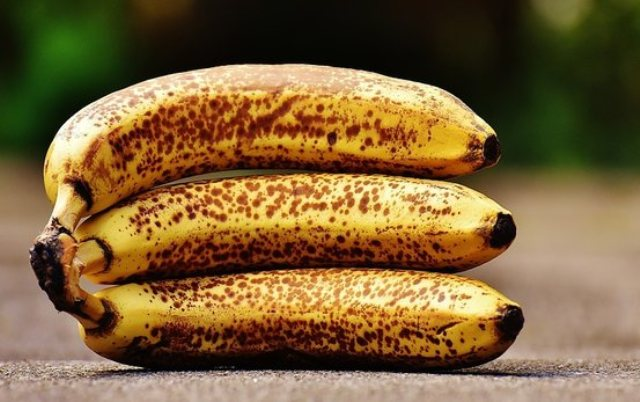 https: img.okezone.com content 2021 02 11 481 2360140 wajib-tahu-ini-8-manfaat-makan-pisang-terlalu-matang-GgEP44MpB0.jpg