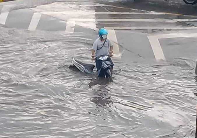 https: img.okezone.com content 2021 02 11 512 2360250 banjir-di-kaligawe-semarang-masih-ada-yang-setinggi-60-cm-UC9tB31IpP.jpg