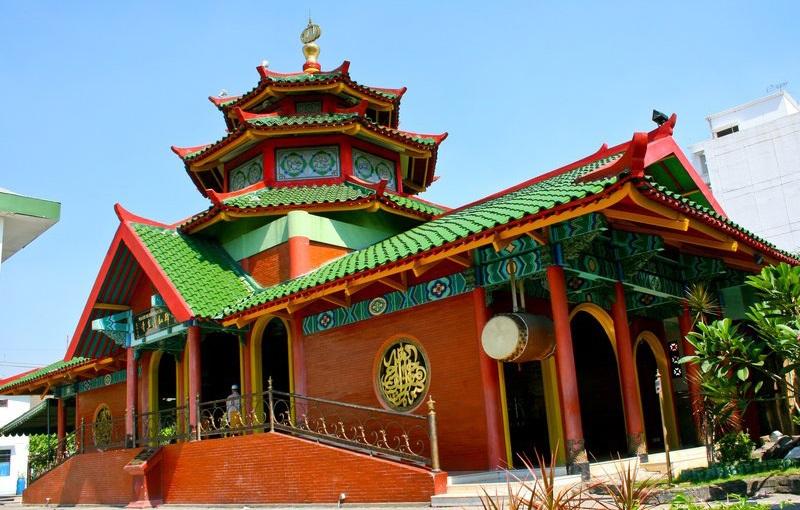https: img.okezone.com content 2021 02 11 614 2360663 masjid-muhammad-cheng-ho-desain-unik-bergaya-china-dan-indonesia-KxJdzj9rTv.jpg