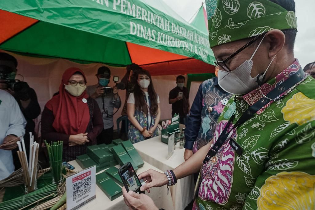https: img.okezone.com content 2021 02 11 620 2360223 sandiaga-dan-bank-indonesia-bahas-sistem-pembayaran-digital-qris-untuk-pelaku-parekraf-TBX44Fo7jN.jpeg
