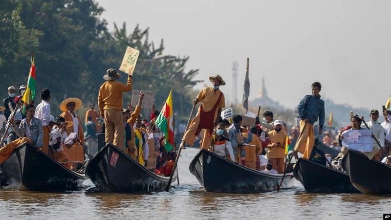 https: img.okezone.com content 2021 02 12 18 2360784 etnis-minoritas-myanmar-bergabung-dalam-aksi-tentang-kudeta-militer-J5sRxbj6hx.jpg