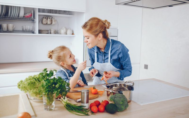 https: img.okezone.com content 2021 02 12 298 2361032 yuk-tingkatkan-kepercayaan-diri-dengan-memasak-lmixTtTXC8.jpg