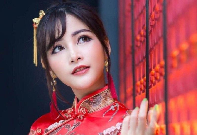 https: img.okezone.com content 2021 02 12 620 2360939 baju-cheongsam-modern-pertama-mendunia-berkat-sosialita-keturunan-indonesia-china-HVqWOoI4eU.jpg
