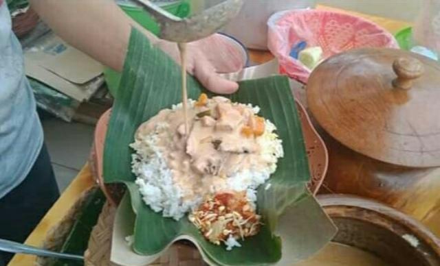 https: img.okezone.com content 2021 02 13 298 2361582 menjajal-nasi-sodu-kuliner-tradisional-khas-situbondo-yang-kembali-digemari-ucLn1MbdsR.jpg