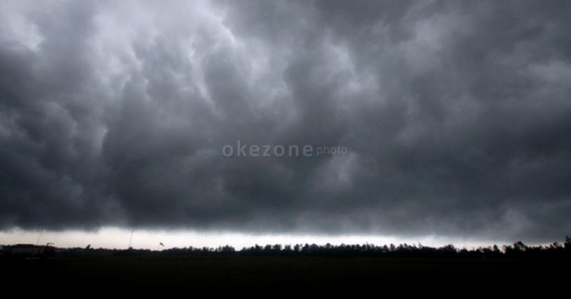 https: img.okezone.com content 2021 02 13 337 2361347 waspada-17-daerah-ini-berpotensi-terdampak-banjir-bandang-qoRRj8z5RU.jpg