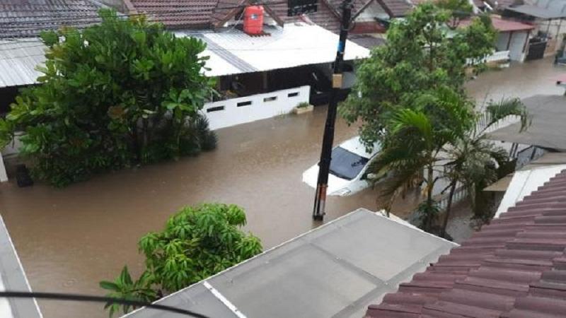 https: img.okezone.com content 2021 02 13 337 2361478 hulu-terabaikan-guru-besar-undip-banjir-menerjang-terkaget-kaget-0VdNsXnE2A.jpg