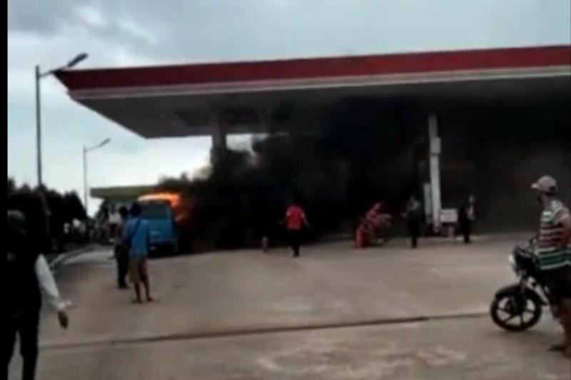 https: img.okezone.com content 2021 02 13 340 2361533 mobil-terbakar-di-spbu-seorang-bocah-ditemukan-tewas-FXqHT2PbDu.jpeg