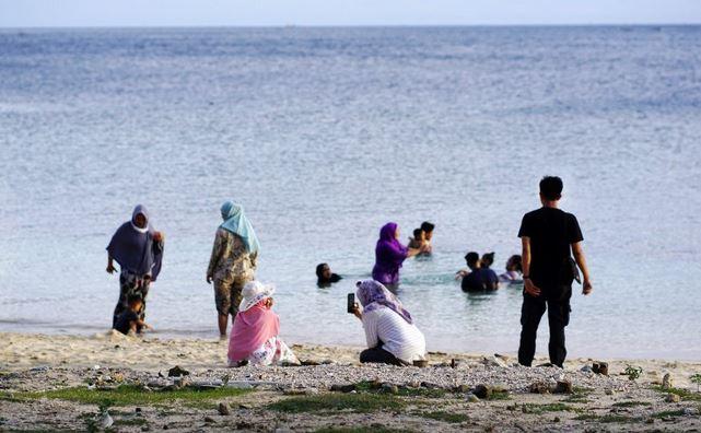 https: img.okezone.com content 2021 02 13 406 2361275 warga-gorontalo-manfaatkan-long-weekend-berwisata-ke-pantai-diVfh7FLFp.JPG