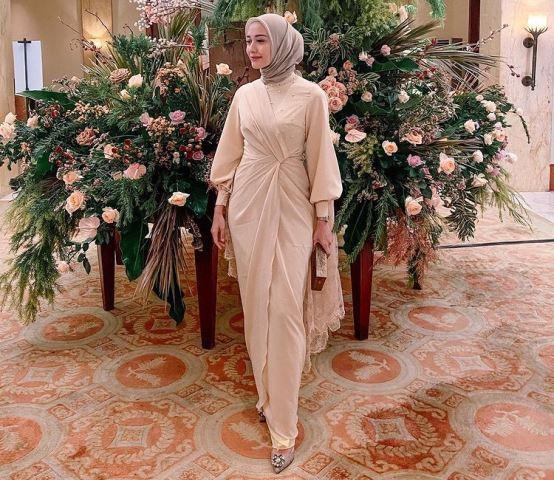 https: img.okezone.com content 2021 02 14 194 2361809 3-model-gamis-brokat-yang-sedang-ngetren-cocok-dipakai-para-hijaber-dU8dPn2Nju.jpg