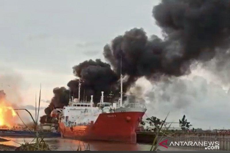 https: img.okezone.com content 2021 02 14 340 2361927 kapal-tanker-meledak-di-samarinda-3-orang-tewas-5SBjgNYNns.jpg
