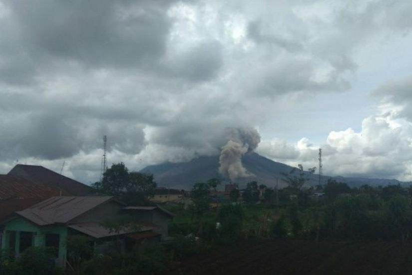 https: img.okezone.com content 2021 02 14 608 2361842 gunung-sinabung-semburkan-abu-vulkanik-1-000-meter-waspada-lahar-dingin-YteV6cHCBl.jpg