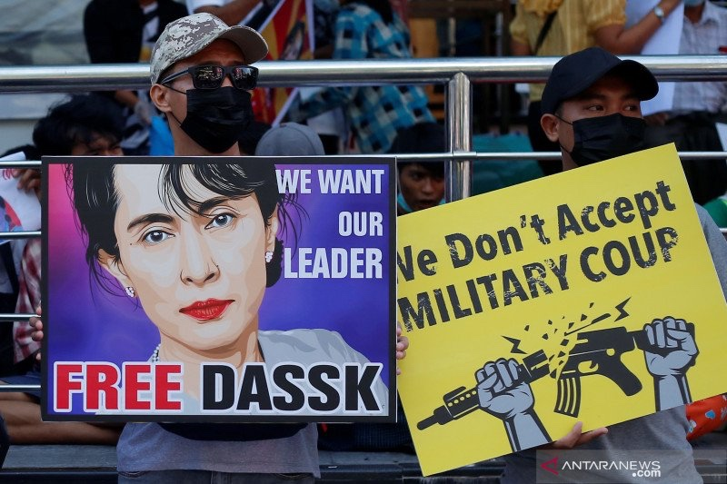 https: img.okezone.com content 2021 02 15 18 2362583 militer-myanmar-kerahkan-tentara-kendaraan-tempur-hadapi-demonstran-uUlz8ipYRK.jpg