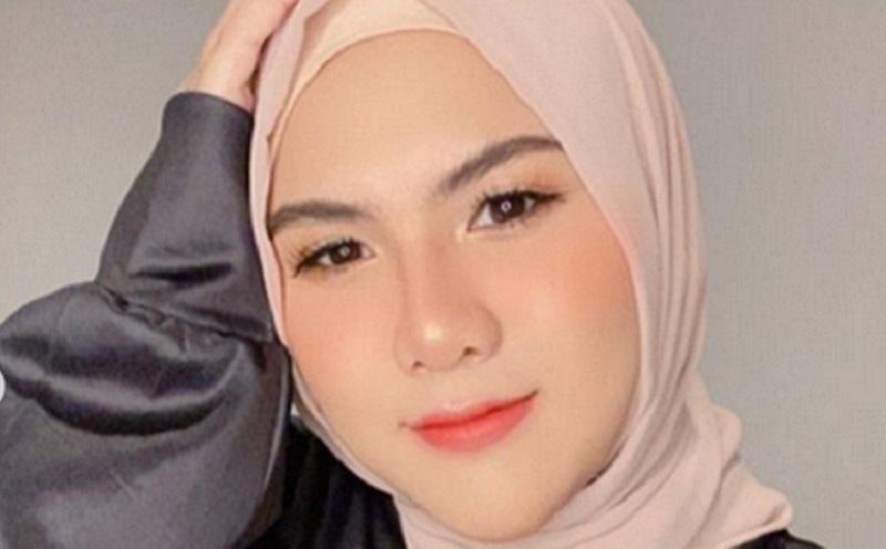 https: img.okezone.com content 2021 02 15 194 2362386 4-gaya-evelyn-nada-anjani-pakai-hijab-cantik-ya-UcQF7Q1l0d.jpg