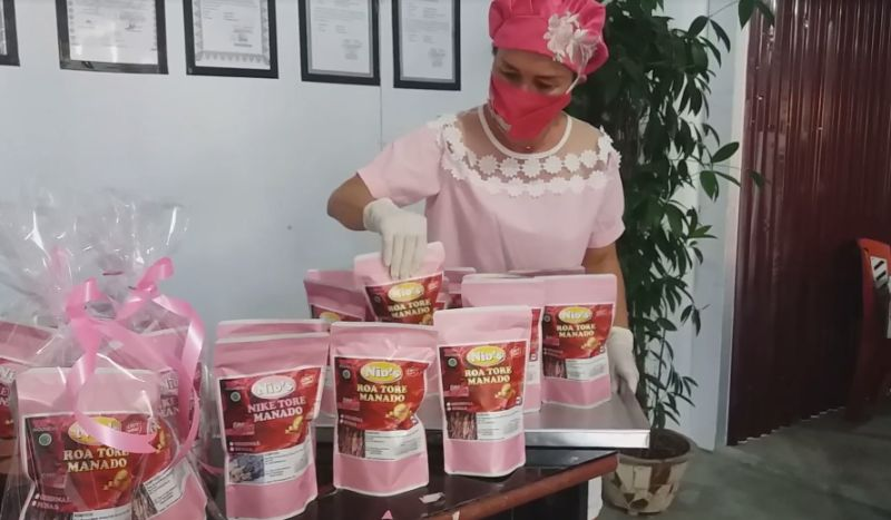 https: img.okezone.com content 2021 02 15 301 2362193 unik-kado-valentine-nike-tore-khas-manado-serba-pink-vgv4MJbjgC.jpg