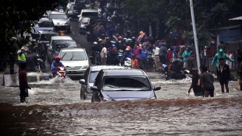 https: img.okezone.com content 2021 02 15 338 2362186 diguyur-hujan-semalam-sejumlah-jalanan-di-jakut-tergenang-pTcekvApuh.jfif