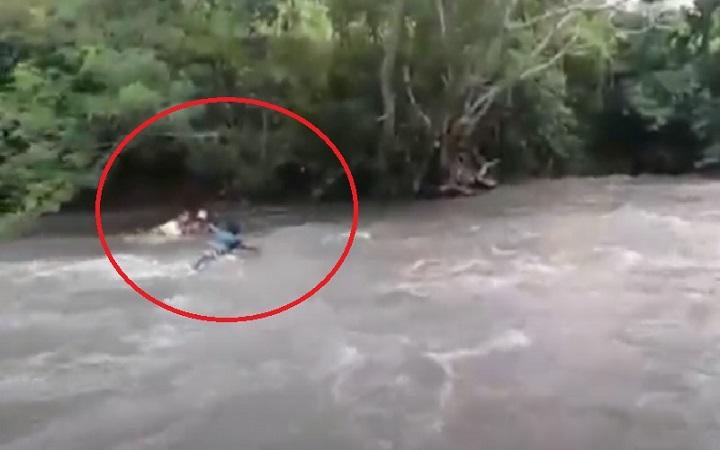 https: img.okezone.com content 2021 02 15 340 2362026 viral-video-guru-seberangi-sungai-demi-antarkan-tugas-siswa-Q3QzHtsmhb.jpg