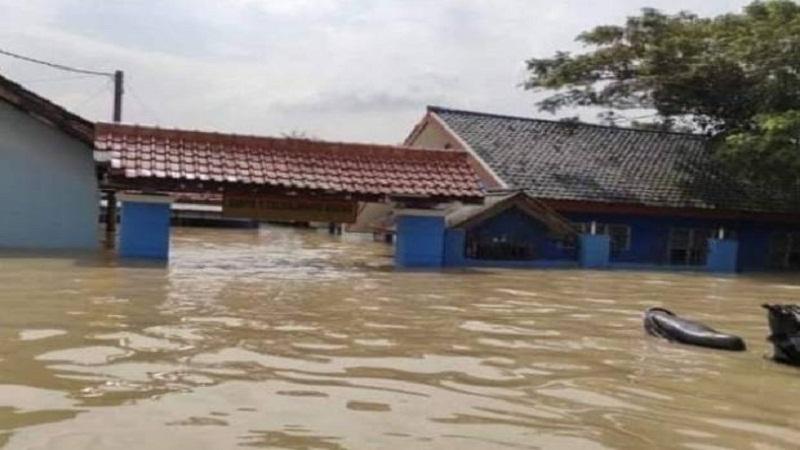 https: img.okezone.com content 2021 02 15 340 2362116 banjir-rendam-puluhan-sekolah-di-karawang-ribuan-buku-paket-dan-meja-kursi-rusak-LErb8P8yaf.jpg