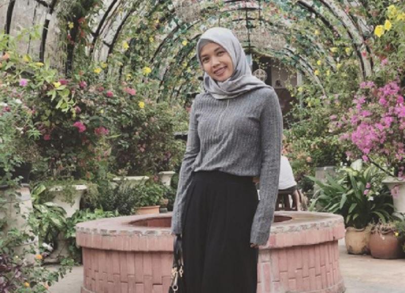 https: img.okezone.com content 2021 02 15 40 2362001 sama-dengan-rizki-pebulu-tangkis-della-destiara-haris-mulai-kenakan-hijab-8GSDtDdTbC.jpg