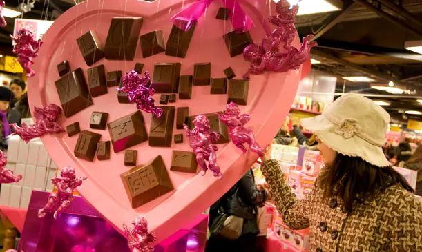 https: img.okezone.com content 2021 02 15 406 2362082 wanita-jepang-mulai-tinggalkan-tradisi-giri-choco-saat-hari-valentine-1wfXGzbWST.JPG