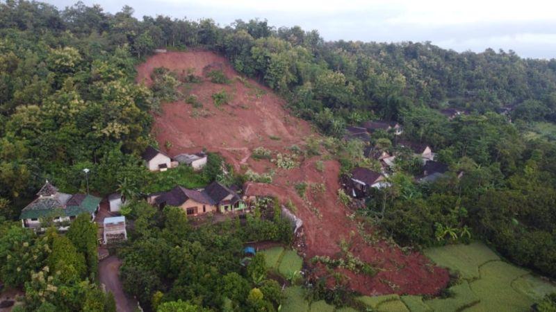 https: img.okezone.com content 2021 02 15 519 2362533 evakuasi-longsor-nganjuk-14-korban-ditemukan-dan-7-masih-hilang-qJ1KSOgdlc.jpg