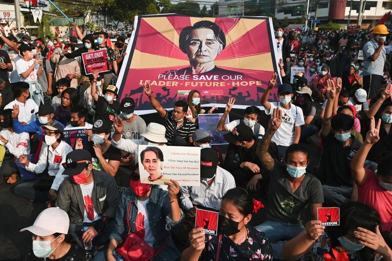 https: img.okezone.com content 2021 02 16 18 2362974 militer-myanmar-perpanjang-penahanan-aung-san-suu-kyi-picu-protes-besar-besaran-OaNcUk4pvb.jpg