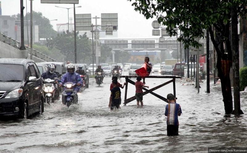 https: img.okezone.com content 2021 02 16 338 2363074 diguyur-hujan-lebat-jalan-bungur-besar-tergenang-15-cm-MR0nayDE2v.jpg