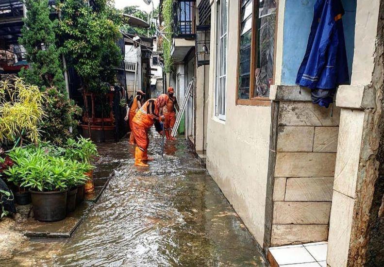 https: img.okezone.com content 2021 02 16 338 2363077 banjir-cilandak-timur-40-pasukan-oranye-bantu-warga-bersihkan-rumah-AqXCWRzhUt.jpg
