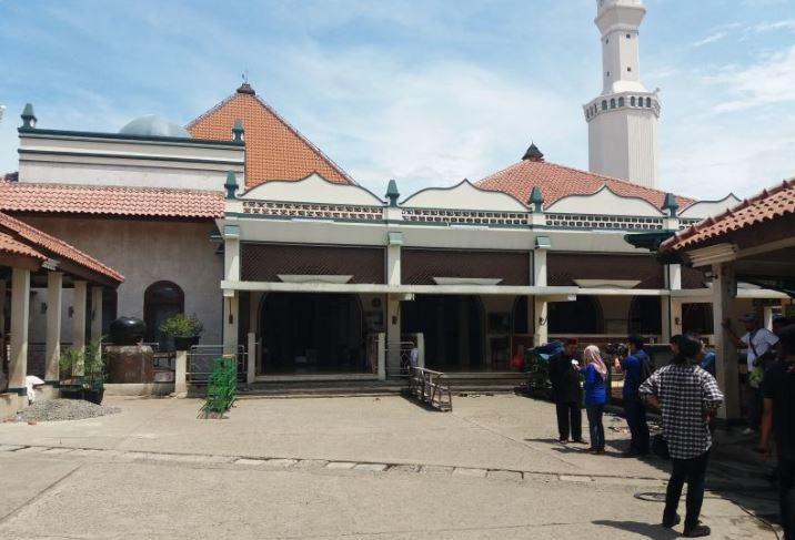 https: img.okezone.com content 2021 02 16 408 2363024 fakta-menarik-masjid-keramat-luar-batang-wisata-religi-di-pesisir-jakarta-duNHMWJwyu.JPG
