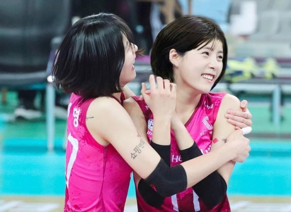 https: img.okezone.com content 2021 02 16 43 2362712 cantik-cantik-pevoli-kembar-ini-diskors-dari-timnas-korea-selatan-karena-kasus-bullying-SLaoxLTkYu.jpg