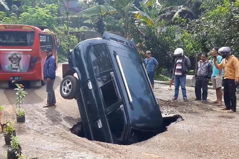 https: img.okezone.com content 2021 02 16 512 2363148 minibus-terperosok-ke-gorong-gorong-yang-tiba-tiba-amblas-9Tp6Jj1MHa.jpg