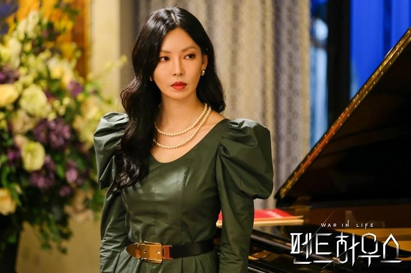 Seo Jin Jadi Penguasa SMA Seni Cheon A di Episode 16 The Penthouse :  Okezone Celebrity