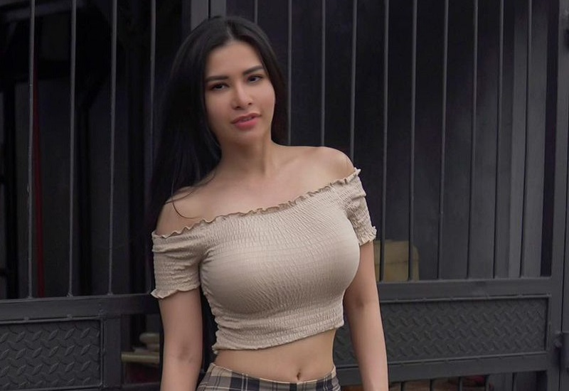 https: img.okezone.com content 2021 02 17 194 2363387 maria-vania-seksi-pakai-sabrina-crop-top-netizen-ngebet-ajak-nikah-oWpAjPJ1V2.jpg