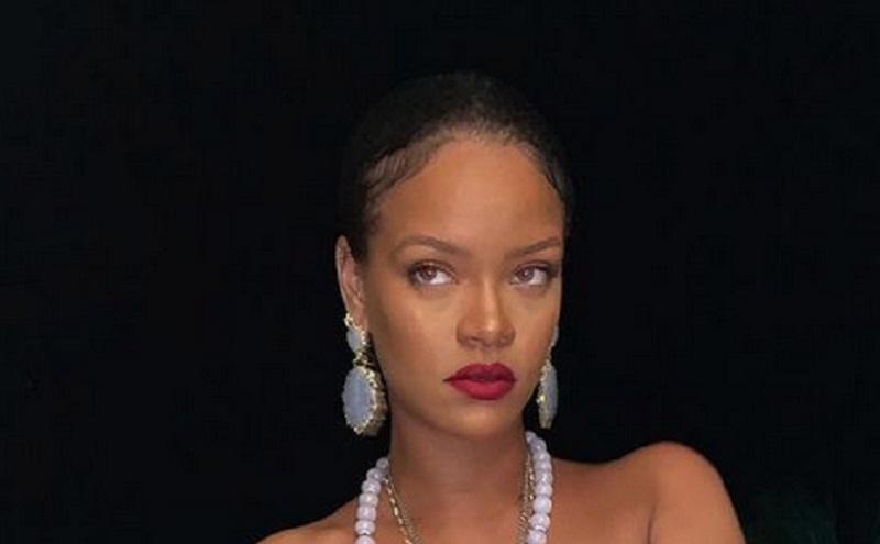 https: img.okezone.com content 2021 02 17 194 2363651 rilis-koleksi-lingerie-terbaru-rihanna-topless-WOHNOa93w3.jpg