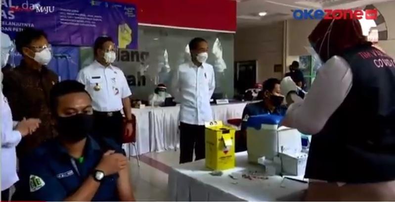 https: img.okezone.com content 2021 02 17 337 2363403 presiden-jokowi-tinjau-vaksinasi-pedagang-di-pasar-tanah-abang-T3Pow00xHg.jpg