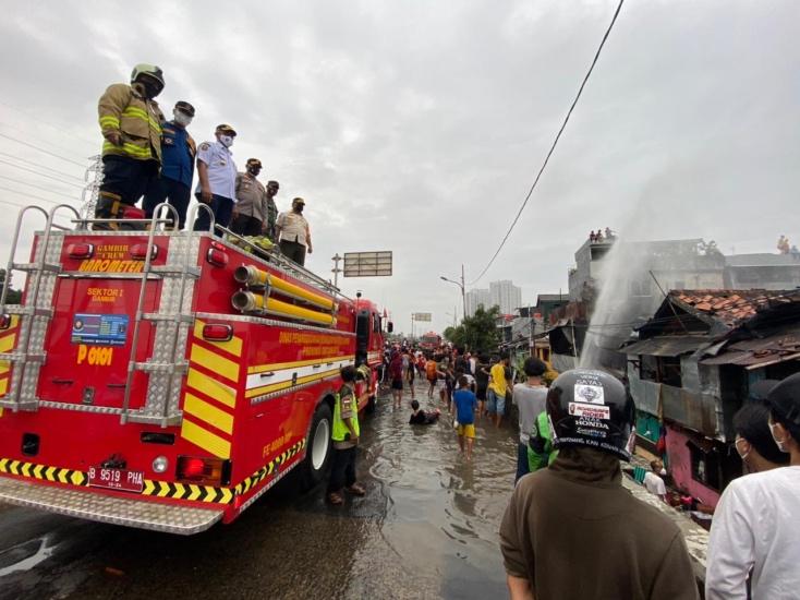 https: img.okezone.com content 2021 02 17 338 2363767 kebakaran-rumah-warga-tambora-diduga-akibat-korsleting-listrik-lKPwUKH3dw.jpg