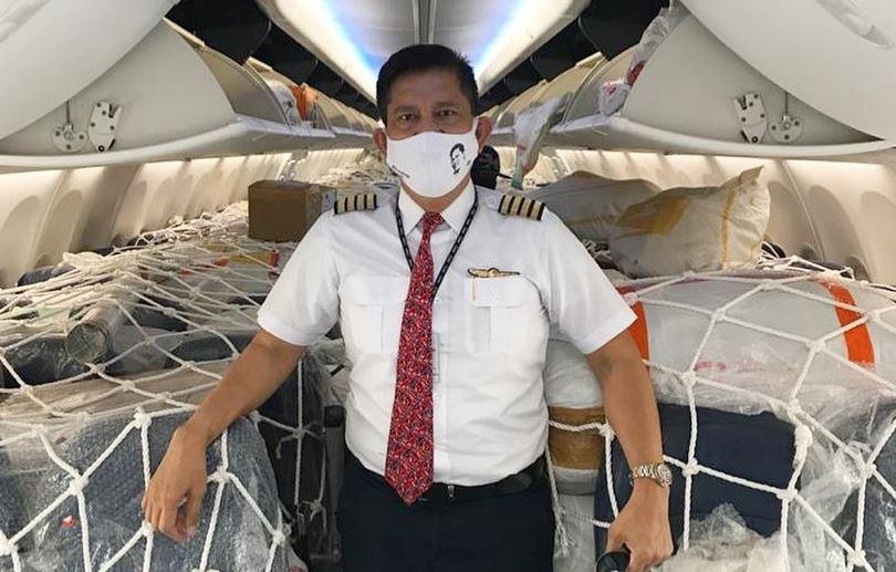 https: img.okezone.com content 2021 02 17 406 2363778 bolehkah-pilot-makan-sambil-nyetir-begini-jawaban-kapten-edward-limbong-uf34qQByFs.jpg