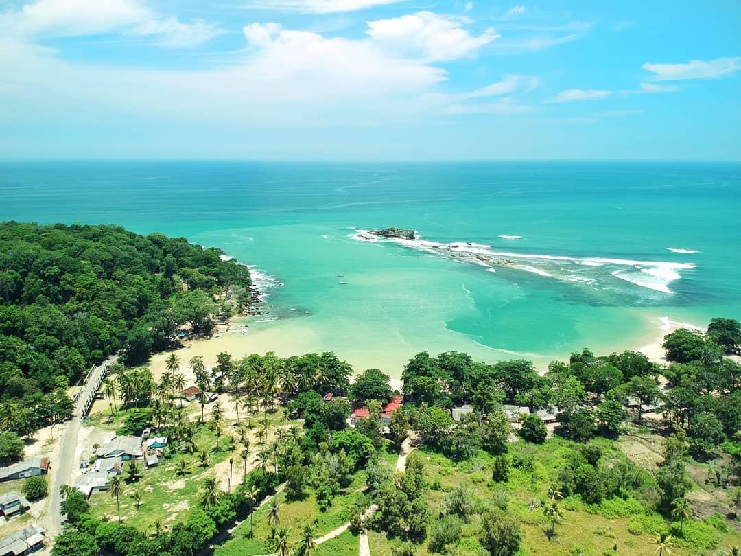 https: img.okezone.com content 2021 02 17 408 2363477 pantai-pulo-manuk-destinasi-liburan-seru-di-pesisir-selatan-lebak-AVfSld5oX9.jpg
