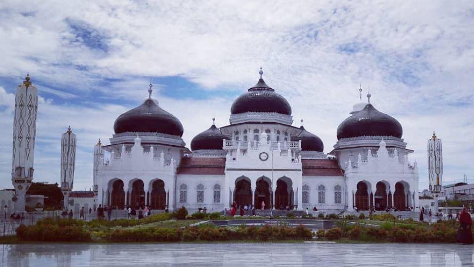 https: img.okezone.com content 2021 02 17 408 2363600 masjid-raya-baiturrahman-ikon-wisata-religi-negeri-serambi-makkah-OKNVUu584x.JPG
