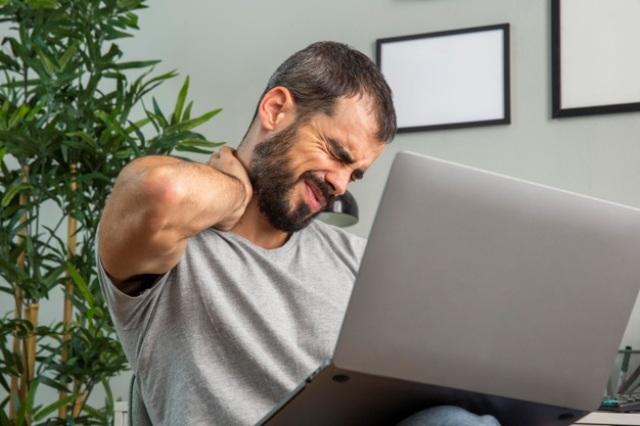 https: img.okezone.com content 2021 02 17 481 2363707 5-gerakan-cegah-nyeri-leher-akibat-lama-di-depan-laptop-Uu4YruYZJa.jpg