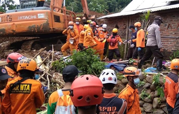 https: img.okezone.com content 2021 02 17 519 2363537 satu-korban-longsor-di-nganjuk-ditemukan-tersisa-6-orang-ceHObUno6b.jpeg