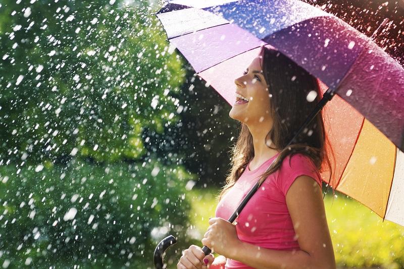 https: img.okezone.com content 2021 02 18 194 2364277 5-padupadan-busana-kece-yang-cocok-dikenakan-saat-musim-hujan-4VP2XYhaVY.jpg
