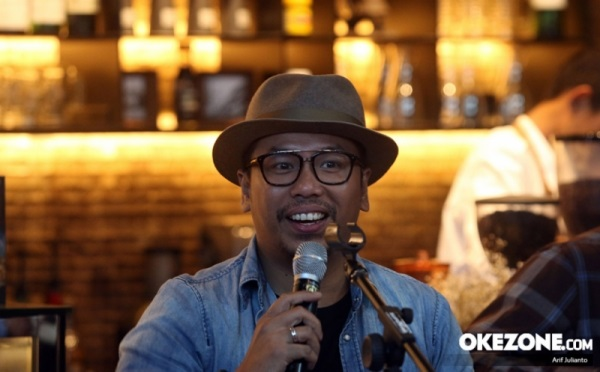 https: img.okezone.com content 2021 02 18 205 2363902 cerita-sammy-simorangkir-recycle-lagu-mendiang-glenn-fredly-DcXSOBjdvT.jpg