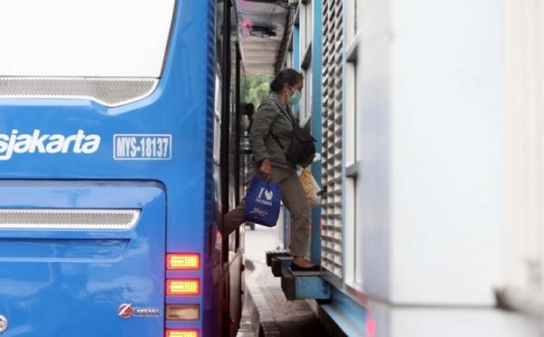 https: img.okezone.com content 2021 02 18 320 2364428 transjakarta-langgar-batas-kapasitas-penumpang-4rdKDauRfZ.jpg
