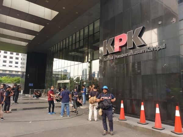 https: img.okezone.com content 2021 02 18 337 2364082 geledah-2-lokasi-di-yogyakarta-kpk-amankan-dokumen-pembangunan-stadion-T8jqSxfdi3.jpg