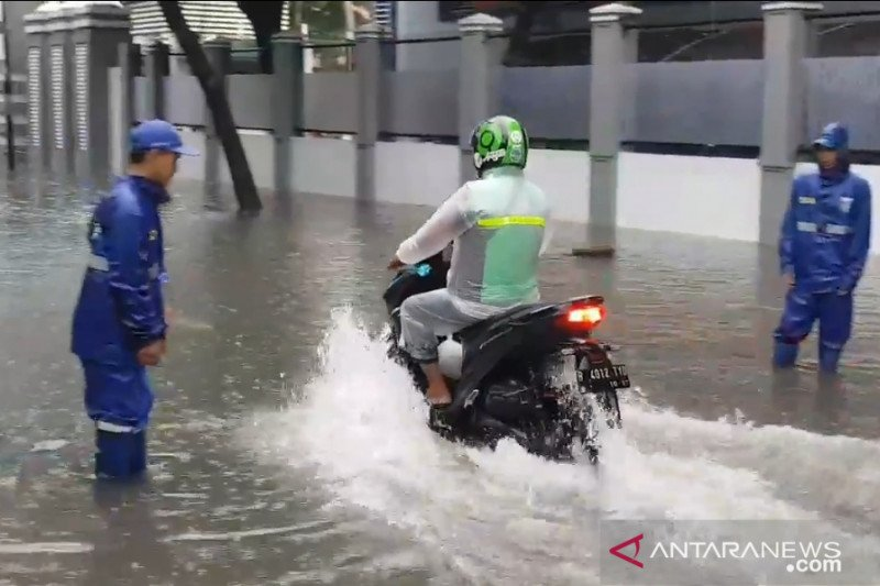 https: img.okezone.com content 2021 02 18 338 2364391 hujan-lebat-ruas-jalan-di-jakarta-timur-dikepung-genangan-0Jfq4oqkCe.jpg